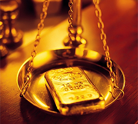 Gold slips to Rs 33,214