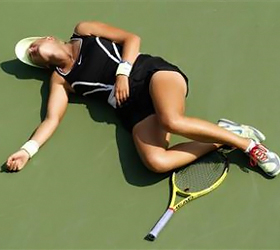 Concussed Azarenka collapses on U.S. Open court