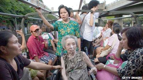 Bangkok floods: Thousands flee as waters approach