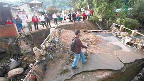 India: Darjeeling bridge collapse kills 32