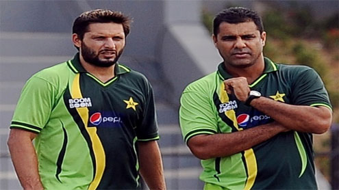 Afridi, Waqar bury hatchet after a chat