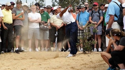 Tiger Woods thrills fans to claim lead at Australian Open