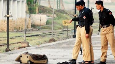 Passengers help avert bomb attack on train