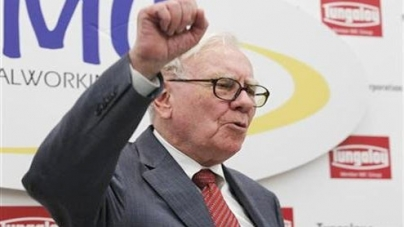 Buffett delivers news and a tune at Omaha press club show