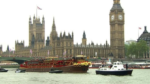 Diamond Jubilee Thames Pageant cheered by crowds