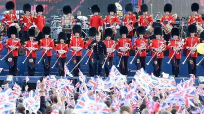 Queen closes jubilee bash as crowd toasts absent Philip