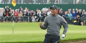 The 2012 Open: Tiger Woods lines up Brandt Snedeker after magnificent bunker shot at 18th