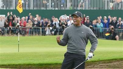 The 2012 Open: Tiger Woods lines up Brandt Snedeker after magnificent bunker shot at 18th