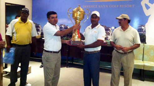Matloob receives Sayid Paper Open Champion Trophy from Faisal Sayid