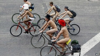 Naked cyclists bring Mexico City streets to standstill