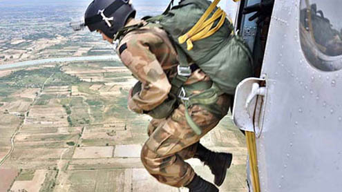 History made- Lady Officers of Pakistan Army go Air Borne