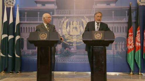 Sartaj Aziz visits Kabul, assures Pakistan's support for peace in Afghanistan