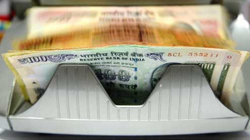 India edges toward crisis as rupee plunges