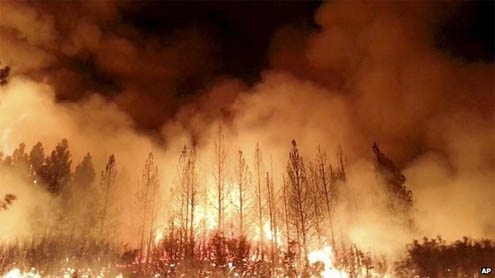 Wildfire near Yosemite park sends tourists fleeing