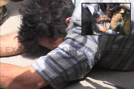 Gullu Butt beaten by lawyers & angry people when he appeared in Court.