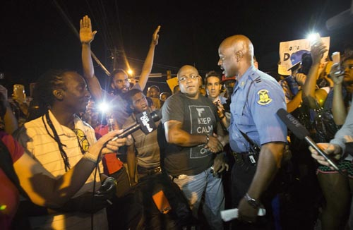 US Police Clash with Ferguson Protesters