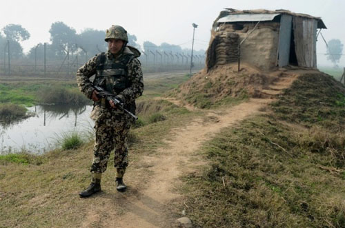 Pakistani, Indian Armies Establish Contact Through Hotline