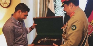 General Raheel Sharif Gifts Antique Pistol To Boxer Amir Khan
