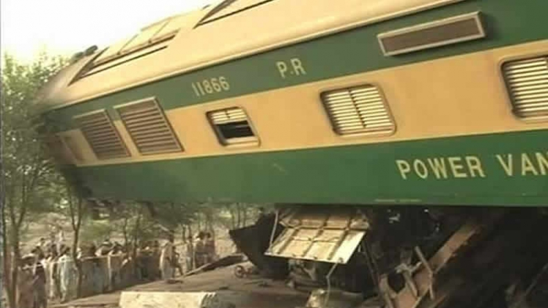 Six Dead 92 Injured As Awam Express Collides With Cargo Train In Multan