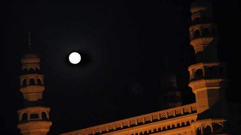 People Climb Up Rooftops To Catch Supermoon's Rare Glimpse