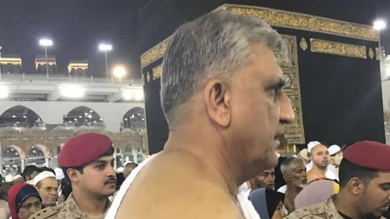 General Qamar Javed Bajwa performs his first Umrah after becoming COAS