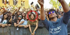 Who's This Pretty Girl In SRK's Pune Selfie?