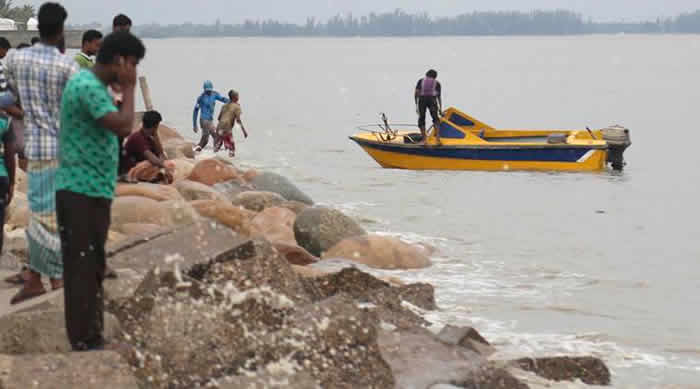 Cyclone Mora hits Bangladesh, hundreds of thousands evacuated