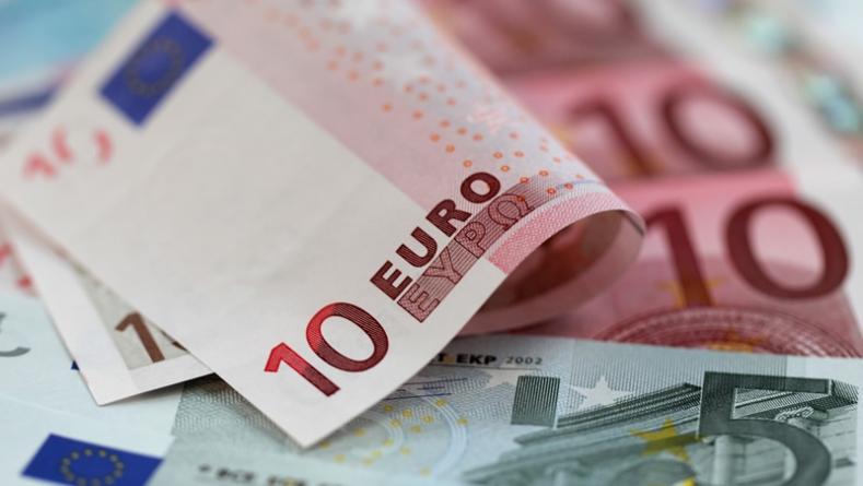 Euro Struggles On Lingering Greek Debt Fears