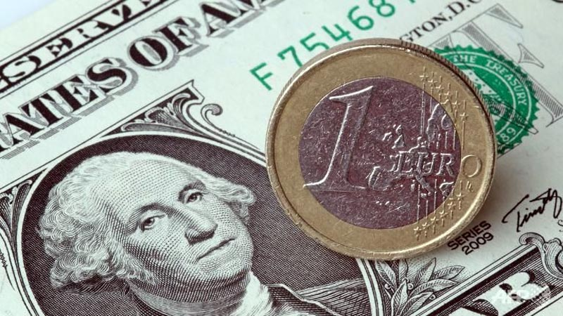 Euro falls vs dollar